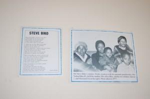 Nella casa-museo di Steve Biko a Ginsberg - la vedova Ntsiki Biko, coi due filgli - foto di Silvia C. Turrin ©